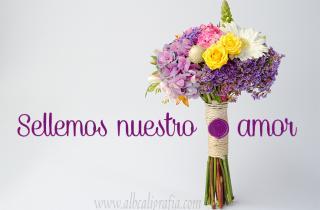 Bouquet de flores en tonos morados con amarrado y sellado con  medallón de lacre morado y texto Sellemos nuestro amor