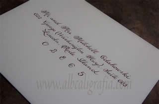 Muestra de rotulación caligráfica en sobre