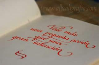 Texto caligráfico: Vale más una pequeña acción que una gran intención
