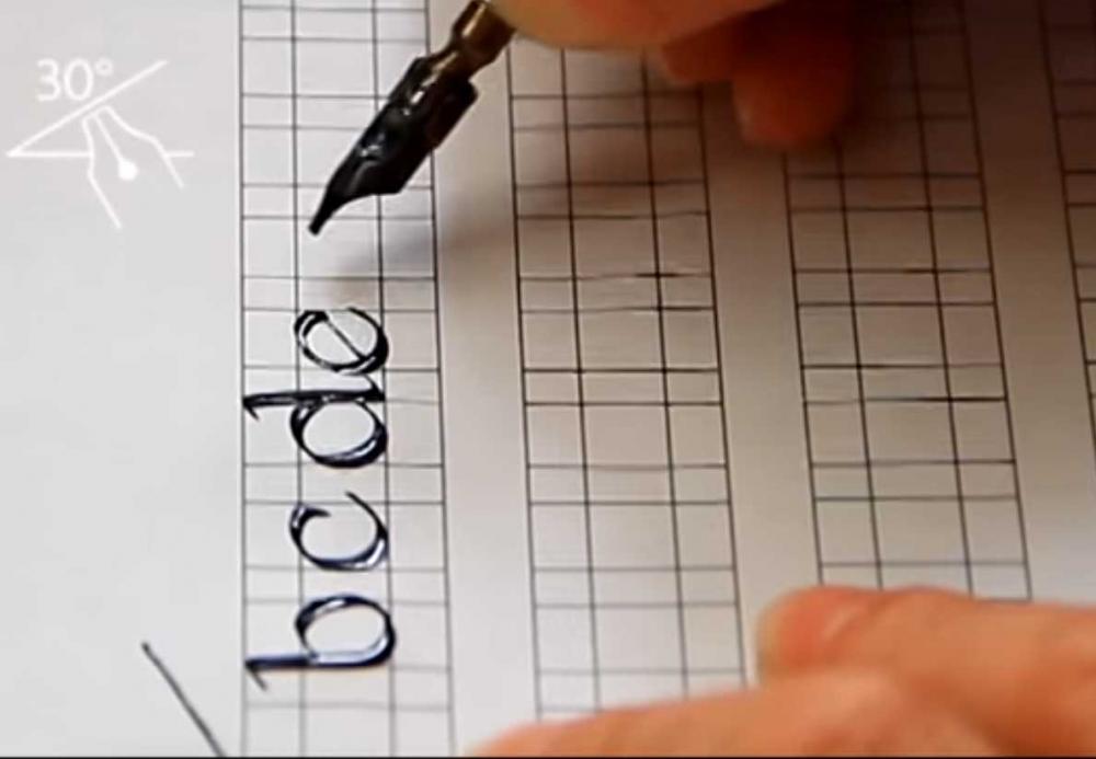 Trazo caligráfico de letra Fundacional minúsculas