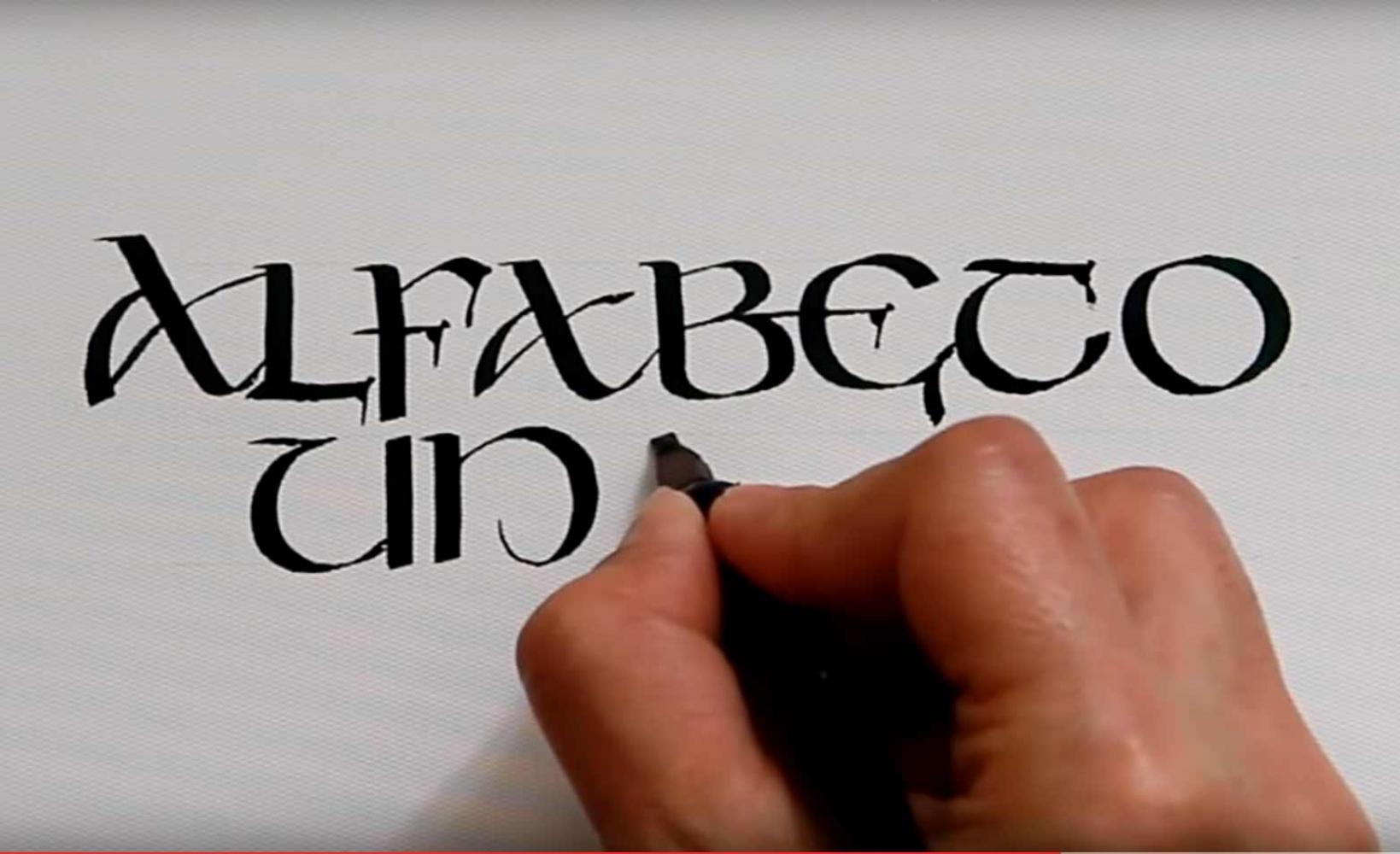 Trazo caligráfico de alfabeto Uncial